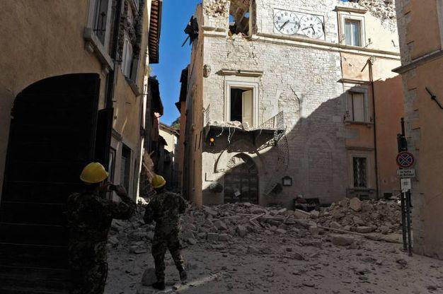 Il Comune a Visso,  dopo la scossa (foto Calavita)