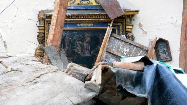 Villa Sant'Antonio, frazione di Visso. I quadri tra le macerie della chiesa distrutta dal terremoto (foto Calavita)