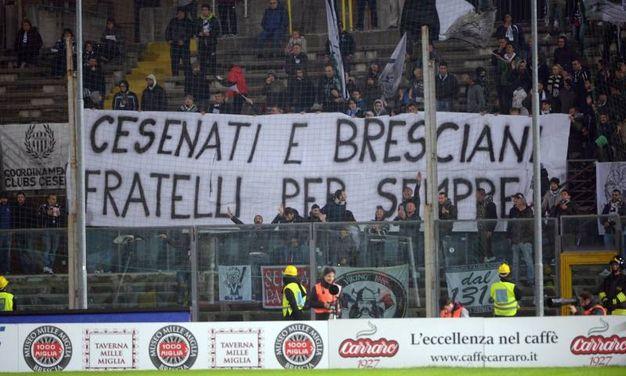Uno scriscione del gemellaggio fra i tifosi (foto LaPresse)