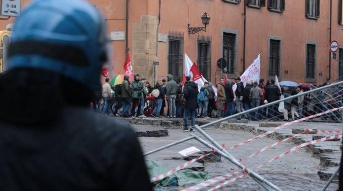 Firenze, manifestazione anti-Renzi: scontri intorno a piazza S. Marco