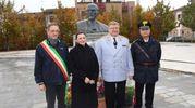 Il direttore del Coro dell'Arma Rossa, Viktor Eliseev omaggia il busto di Lenin a Cavriago (foto Artioli)