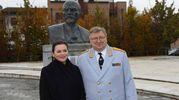 Viktor Eliseev posa con la moglie davanti al celebre busto di Lenin a Cavriago (foto Artioli)