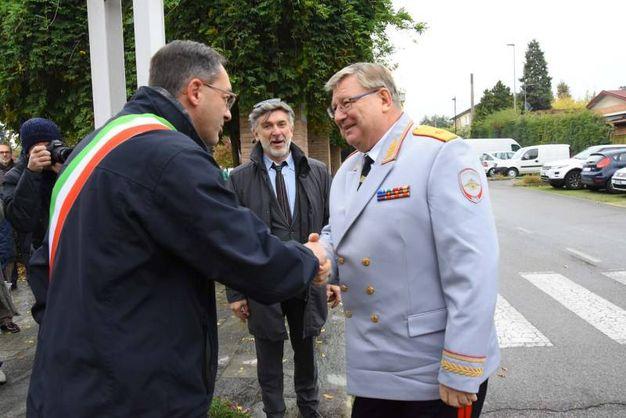 Il direttore del Coro dell'Arma Rossa è stato accolto dal sindaco di Cavriago (foto Artioli)