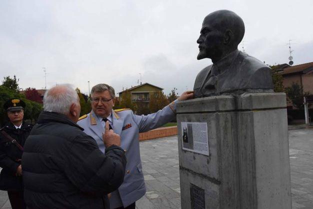 L'omaggio al busto di Lenin (foto Artioli)