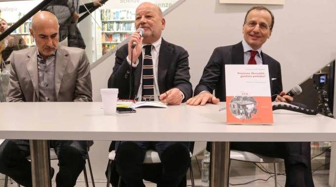 L'avvocato Maresca (primo a destra) alla presentazione del libro (Cabras/New Pressphoto)