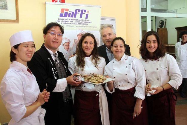 La delegazione giapponese incontra gli studenti al Saffi: la foto con il preside e il ristoratore Hibiky Yoshiharu (Foto Umberto Visintini/NewPressPhoto)