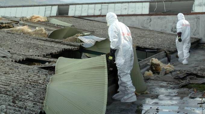 I tecnici addetti alla rimozione dell'amianto con le tute speciali