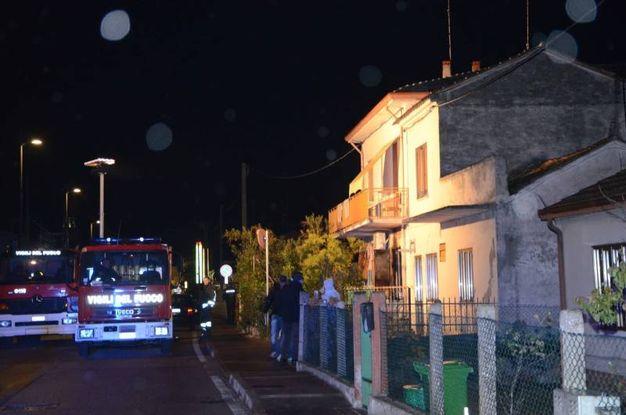 Carabinieri e vigili del fuoco davanti alla casa dell'omicidio dell'anziana donna (foto Donzelli)