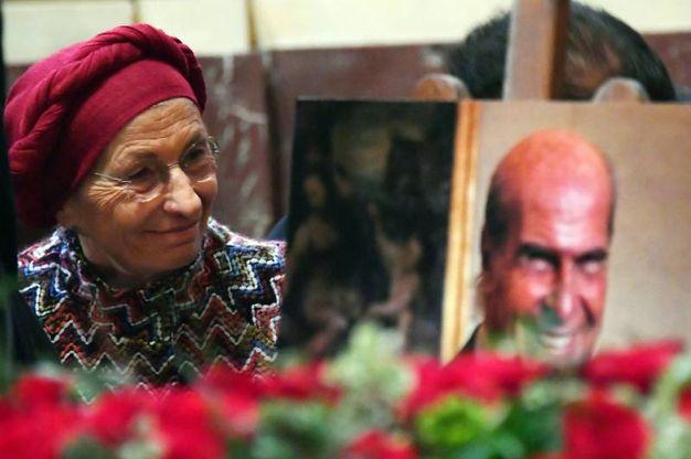 Emma Bonino, insieme a una foto di Umberto Veronesi (La Presse)