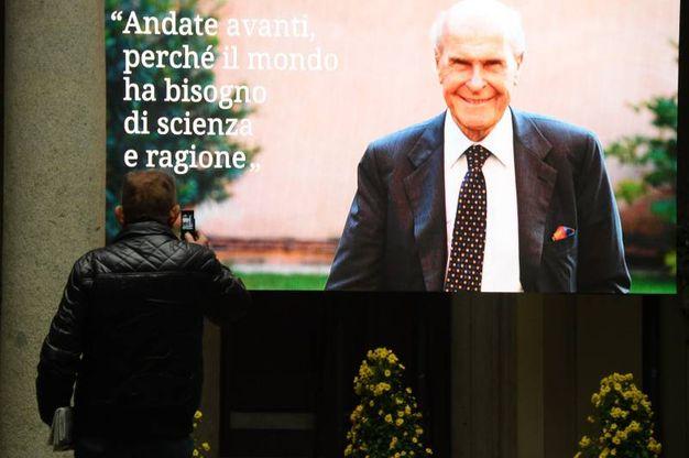 All'esterno di Palazzo Marino sono stati allestiti dei maxischermo per permettere a tutti i cittadini di assistere alla cerimonia (La Presse)