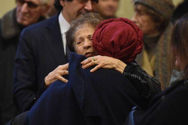 L'abbraccio tra Susanan Razone ed Emma Bonino (La Presse)
