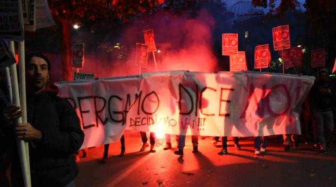 Protesta con fumogeni a Bergamo contro Renzi