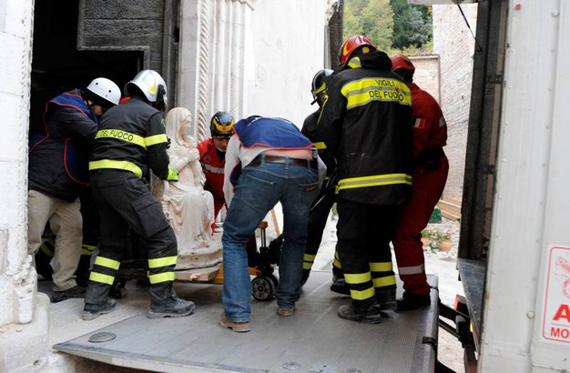 Volontari delle Protezione civile e Legambiente al lavoro con vigili del fuoco e carabinieri