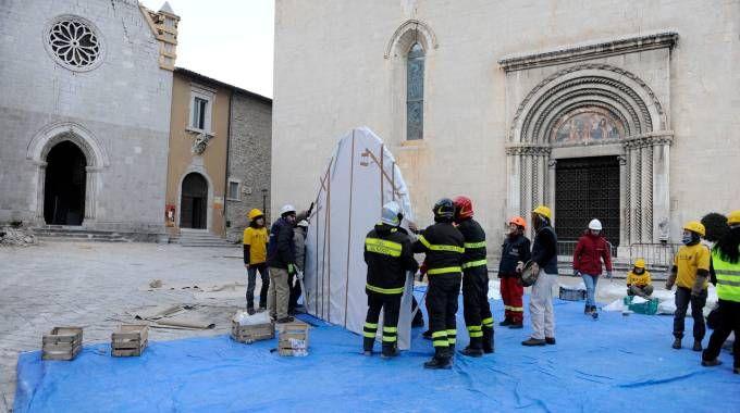Volontari di Protezione civile e Legambiente con vigili del fuoco e carabinieri (Calavita)