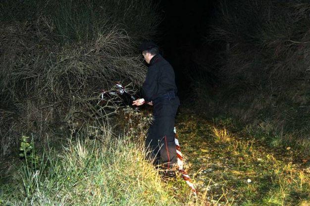 Carabinieri sul luogo del ritrovamento delle ossa umane (Foto Labolognese)