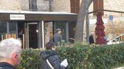 Notte di fuoco a Fano: a La Bella Naòpoli danni alla veranda dal fuoco innescato con delle bottiglie di grappa