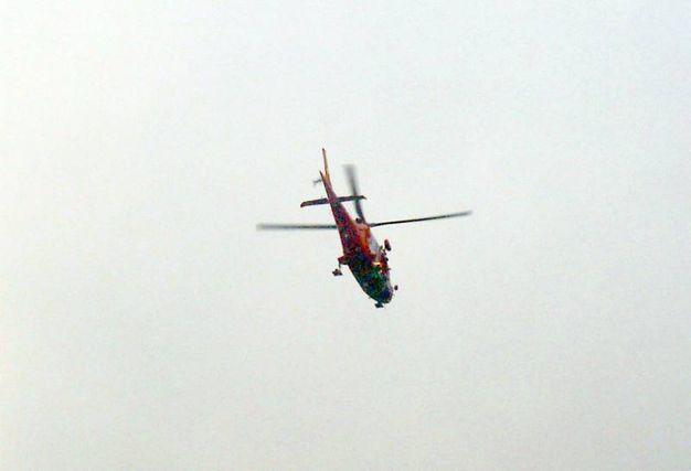 Un elicottero perlustra la zona