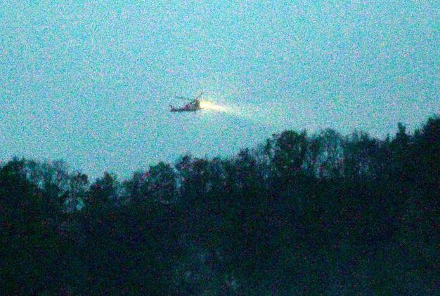 Elicottero illumina la zona, la luce del giorno è calata presto