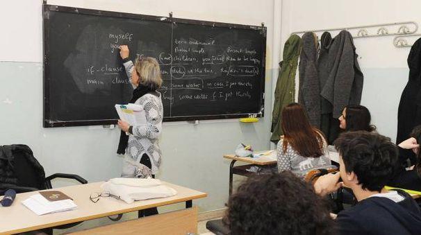 Una professoressa spiega ai suoi studenti in un istituto superiore (foto d'archivio)