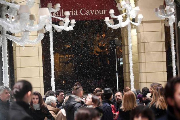 La neve artificiale apre la festa di Natale in Galleria Cavour (Foto Schicchi)