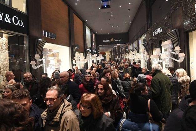 Folla di bolognesi per l'accensione delle luci di Natale in Gallerria Cavour (Foto Schicchi)