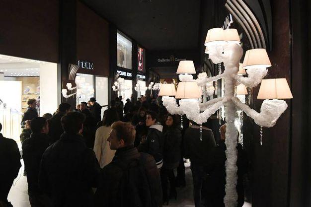 Lampioni di ghiaccio per la scenografia da fiaba in Galleria Cavour (Foto Schicchi)
