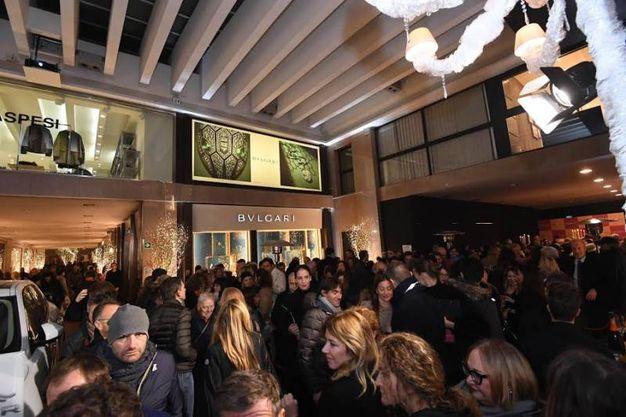 Folla di gente in Galleria Cavour per il party di Natale