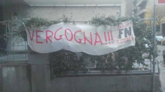 Striscione di FN sulla sede della Cgil di Como (Facebook)