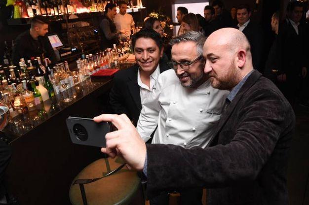 Terminata la cena lo chef non si è sottratto a foto e selfie