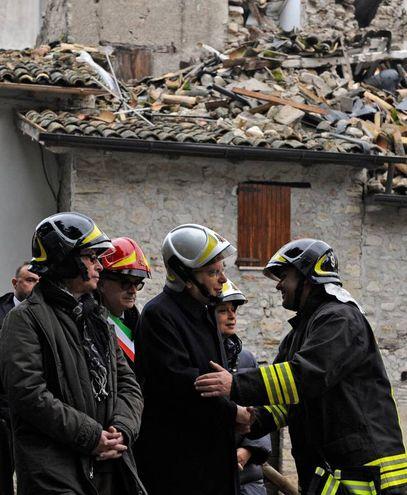 Il saluto con i vigili del fuoco (Calavita)