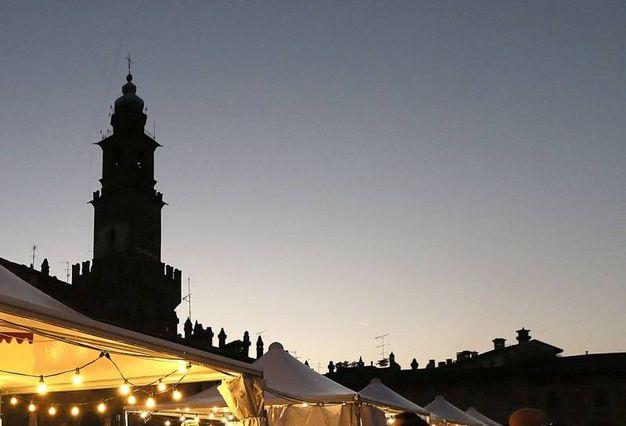 10 - Vigevano, la piazza da sogno si tinge di Natale