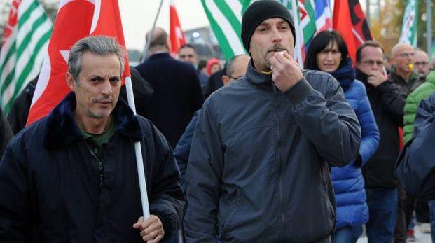 Lo sciopero dello scorso quattro novembre per le strade di Inveruno (Foto Sally)
