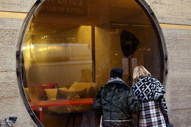 L'esterno del negozio 'Dino Gavina' in via Altabella (Fotoschicchi)