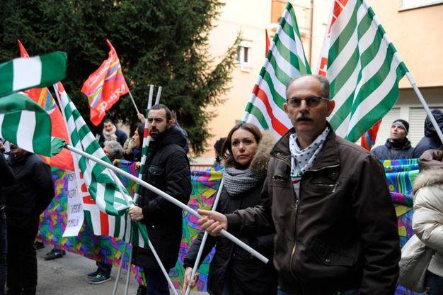 La protesta dei manifestanti della Tombolini (foto Calavita)