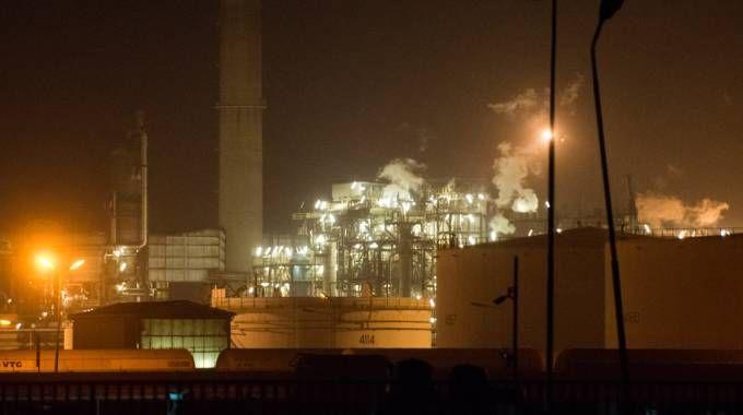 Incendio alla raffineria Eni di Sannazzaro (LaPresse)