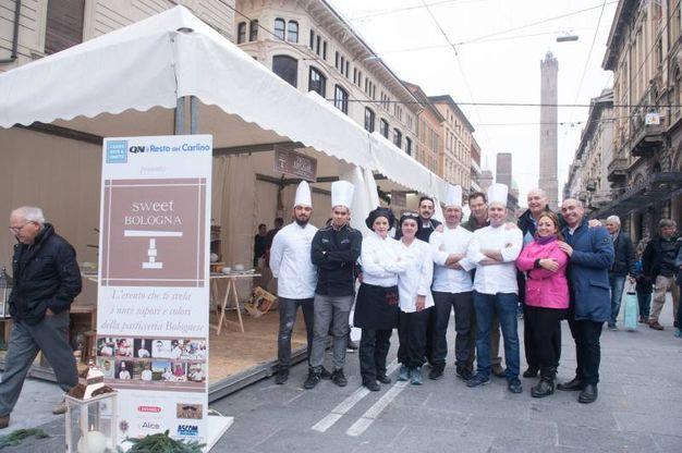 I pasticceri di Sweet Bologna schierati in via Rizzoli (fotoSchicchi)