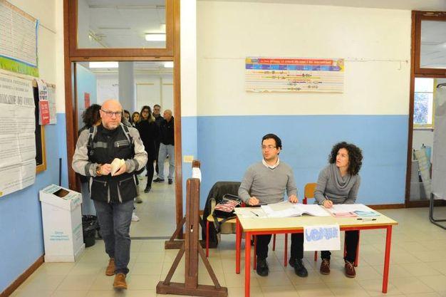 Referendum, il voto a Livorno. Il sindaco Nogarin al seggio (Foto Novi)