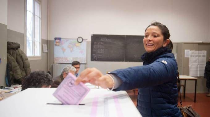 Elettrice alle urne (Foto Schicchi)