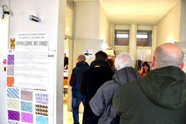 La fila per andare a votare (foto Fantini)