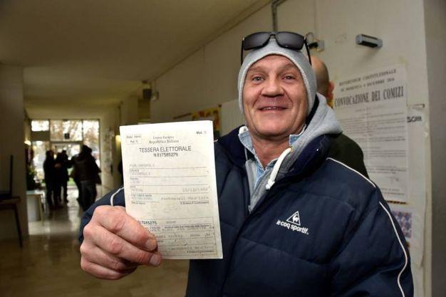 Referendum, un cittadino vota la scheda elettorale (foto Fantini)
