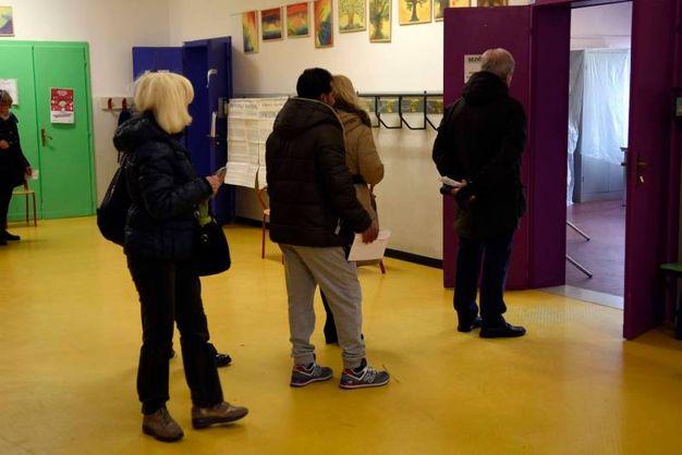 Referendum costituzionale, la fila ai seggi a Ferrara (foto Businesspress)
