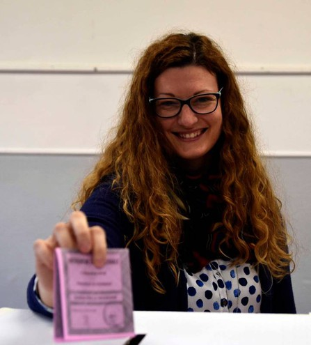 Una ragazza mentre vota per il Referendum (foto Businesspress)