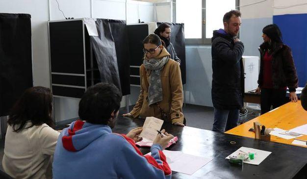 Operazione di voto a Pesaro (Fotoprint)