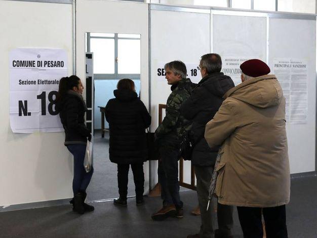 Elettori a Pesaro (Fotoprint)