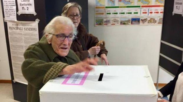 Isolina Morelli mentre vota per il referendum costituzionale