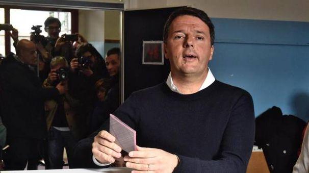 Referendum costituzionale, Matteo Renzi al seggio (Ansa)