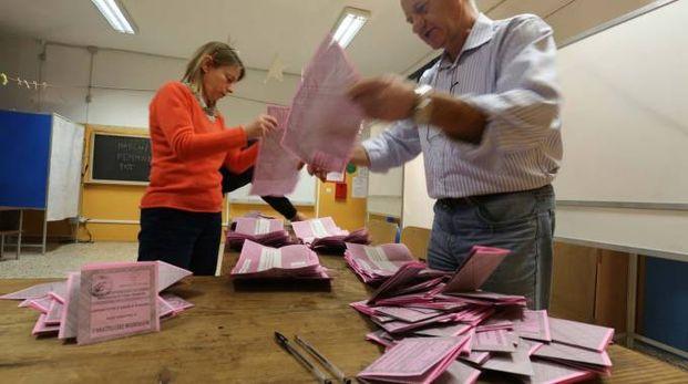 Scrutatori alle prese con le schede del referendum