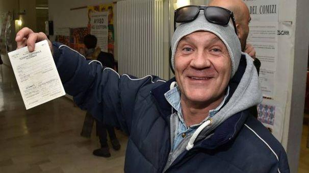 Un elettore forlivese in coda ai seggi (foto Fantini)