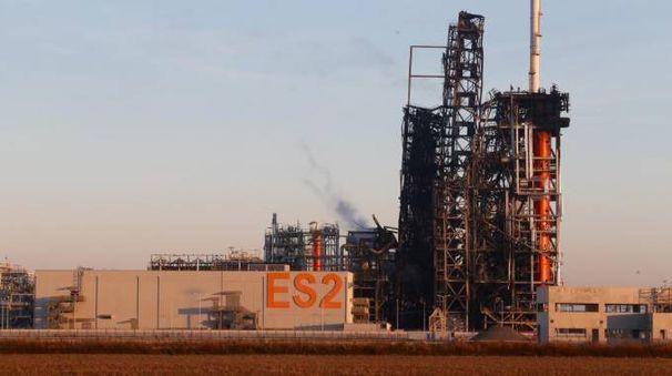 L'impianto Est della raffineria dopo l'incendio (Sacchiero)