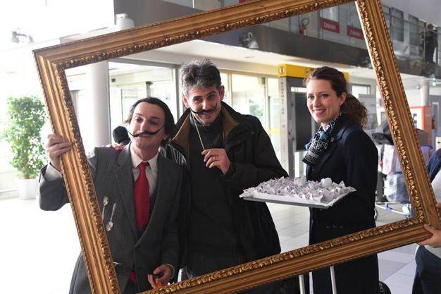 Quadro vivente con Dalì all'aeroporto Marconi (Foto Schicchi)